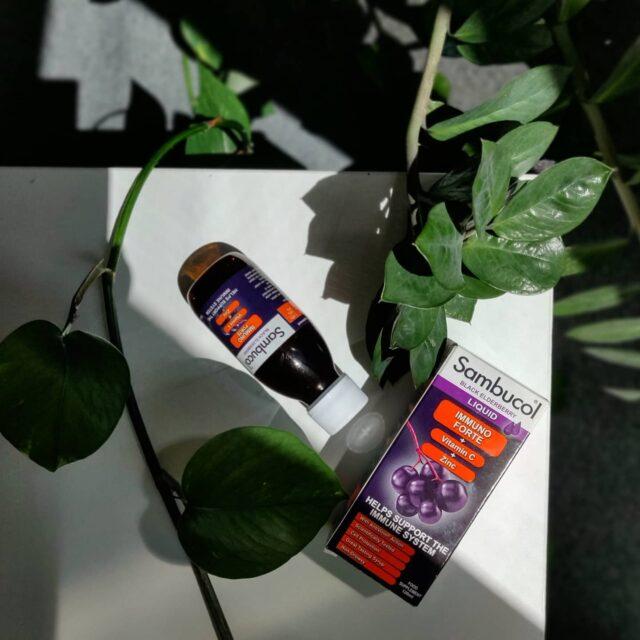 De ce este bine să consumăm Sambucol Immuno Forte inclusiv pe perioada verii? Aici sunt câteva motive: 💜 ajută la susținerea sistemului imunitar; ⚡ ne umple de energie, astfel încât să ne putem bucura de zilele lungi de vară; 🛡 protejează celulele împotriva stresului oxidativ; 🧁 are un gust delicios iar gama Immuno Forte vine sub diferite forme, pentru a fi pe placul tuturor; 🍋 este îmbogățit cu vitamina C și Zinc. Mai aveți nevoie și de alte motive? Probabil că nu. 😎 _____ #sambucol #sambucolromania #sambucolro #sistemimunitar #sistemimunitarputernic #imunitate #imunitatecopii #imunitatecrescuta #imunitateafamiliei #vara #vară #vitaminac #zinc #protectie #natural #romania