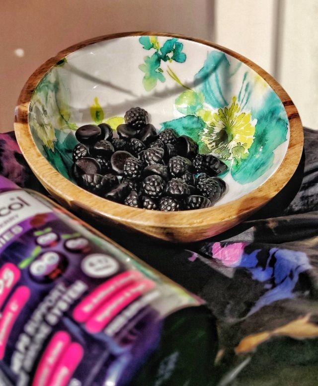Din păcate, anul acesta sărbătorim Halloweenul în casă. Nu ne place neapărat, dar este o ocazie bună să avem niște treat-uri sănătoase la îndemână. 😊 Jeleurile Sambucol pentru copii sunt super delicioase, au în compoziția lor vitamina C și ajută la susținerea imunității.💜 Trick or treat? Tu le-ai dat celor mici porția de imunitate pe astăzi? 🎃👻 🕸 _____ #sambucol #sambucolromania #sambucolro #sistemimunitar #sistemimunitarputernic #imunitate #imunitatecopii #imunitatecrescuta #imunitateafamiliei #narural #socnegru #vitaminac #copiisanatosi #halloweenideas