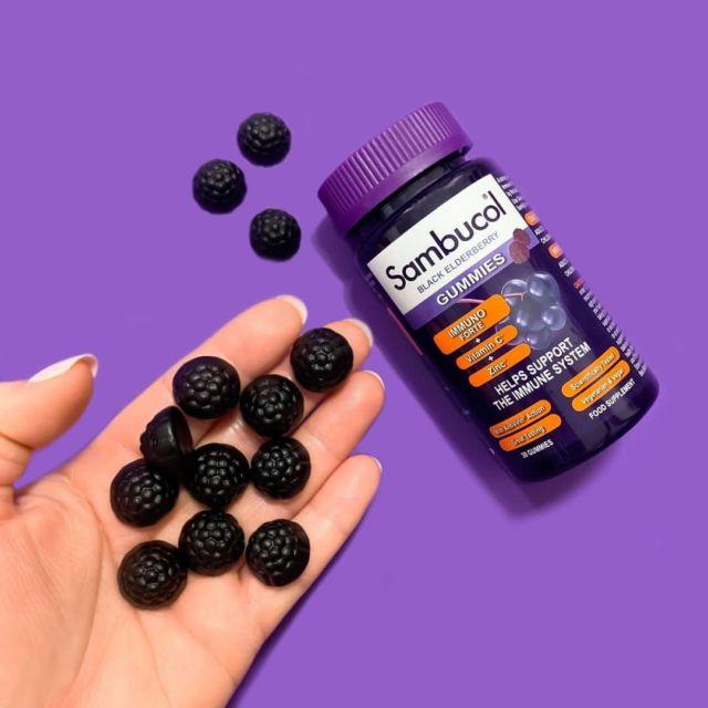O mână de ajutor... ă Sambucol! 💜Încet, încet se instalează toamna. 🍂Iar asta înseamnă că trebuie să fim mai atenți la cum ne protejăm imunitatea și cum avem grijă de noi pentru a nu trece prin răcelile de sezon. ☺️Jeleurile Sambucol sunt alegerea perfectă atunci când avem nevoie de o mână ajutor pentru a ne știi imunitatea în siguranță. Pline de antioxidanți naturali extrași din soc negru, îmbunătățite cu vitamina C și zinc, acestea sunt super delicioase și pot fi luate cu ușurință oriunde. 😍#sambucol #sambucolromania #sambucolro #sistemimunitar #sistemimunitarputernic #imunitate #imunitatecopii #imunitatecrescuta #imunitateafamiliei #socnegru #antioxidanti #natural #vitaminac #zinc #antioxidantinaturali #delicios #natural #toamna #romania